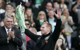 epa03718934 Celtic manager Neil Lennon celebrates with the trophy after winning the 2013 Scottish Cup final match between Hibernian Edinburgh and Celtic Glasgow at Hampden Park in Glasgow, Scotland, 26 May 2013.  EPA/CHRIS MCGACHY