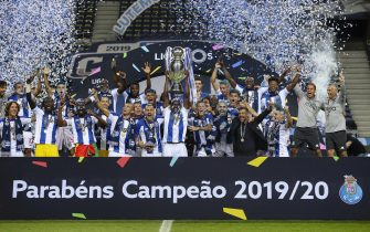 epa08557413 FC Porto's team raise the trophy as they celebrate their 23th Portuguese League title, at Dragao stadium, in Porto, north of Portugal, 20 July 2020.  EPA/JOSE COELHO