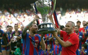 epa05502343 FC Barcelona's Leo Messi (L) and Andres Iniesta (R) lift the Spanish Primera Division's champions trophy before the Primera Division league match FC Barcelona and Real Betis at Camp Nou in Barcelona, northeastern Spain, 20 August 2016. FC Barcelona won Primera Division league season 2015/2016.  EPA/TONI ALBIR