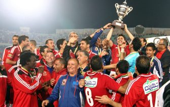 epa04092187 Egypt's Al Ahly players celebrate with the trophy after winning the Africa Super Cup soccer match against Tunisia's CS Sfaxien at Cairo Stadium in Cairo, Egypt, 20 February 2014.  EPA/KHALED ELFIQI