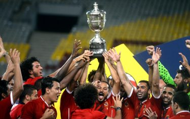 epa06146422 Al Ahly players celebrates with the trophy after winning the Egypt cup final match between Al Ahly  and El Masry at Borg Al Arab Stadium in Alexandria, Egypt, 15 August 2017.  EPA/MOHAMED HOSSAM