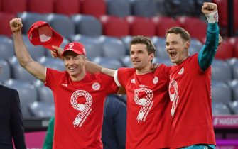 08 May 2021, Bavaria, Munich: Football: Bundesliga, FC Bayern Munich - Borussia Mönchengladbach, Matchday 32 at Allianz Arena. Munich's Robert Lewandowski (l-r), Thomas Müller and goalkeeper Manuel Neuer celebrate the German championship. IMPORTANT NOTE: In accordance with the requirements of the DFL Deutsche Fußball Liga and the DFB Deutscher Fußball-Bund, it is prohibited to use or have used photographs taken in the stadium and/or of the match in the form of sequence pictures and/or video-like photo series. Photo: Peter Kneffel/dpa-Pool/dpa