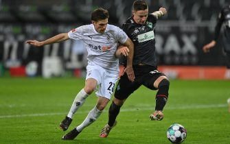 epa08949731 Moenchengladbach's Jonas Hofmann (L) action against Bremen's Marco Friedl (R) during the German Bundesliga soccer match between Borussia Moenchengladbach and Werder Bremen at Borussia-Park in Moenchengladbach, Germany, 19 January 2021.  EPA/SASCHA STEINBACH / POOL CONDITIONS - ATTENTION: The DFL regulations prohibit any use of photographs as image sequences and/or quasi-video.
