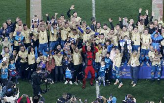 epa09174556 Players of FC Zenit St. Petersburg celebrate after winning the Russian Premier League title following their match against Lokomotiv Moscow in St. Petersburg, Russia, 02 May 2021.  EPA/ANATOLY MALTSEV