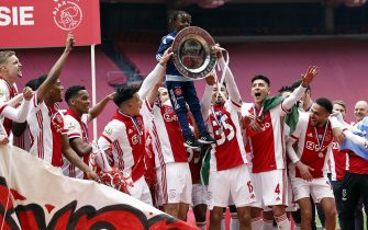 epa09174073 Ajax Amsterdam players celebrate the national championship title after winning the Dutch Eredivisie match between Ajax Amsterdam and FC Emmen at the Johan Cruijff Arena in Amsterdam, Netherlands, 02 May 2021.  EPA/MAURICE VAN STEEN