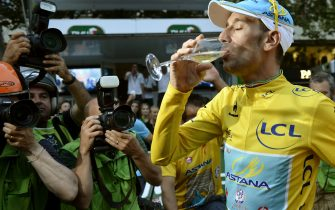 Tour de France 2014's winner Italy's Vincenzo Nibali drinks champagne on the Champs-Elysees avenue in Paris, at the end of the 137.5 km twenty-first and last stage of the 101st edition of the Tour de France cycling race on July 27, 2014 between Evry and Paris.   AFP PHOTO / JEFF PACHOUD        (Photo credit should read JEFF PACHOUD/AFP via Getty Images)