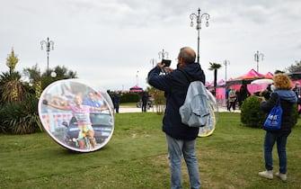 Foto Massimo Paolone/LaPresse  15 ottobre 2020 Italia Sport Ciclismo Giro d'Italia 2020 - edizione 103 - Tappa 12 - Da Cesenatico a Cesenatico (km 204) Nella foto: le biglie dedicate a Marco Pantani  Photo Massimo Paolone/LaPresse October 15, 2020  Italy   Sport Cycling Giro d'Italia 2020 - 103th edition - Stage 12 - from Cesenatico to Cesenatico In the pic: the marbles dedicated to Marco Pantani