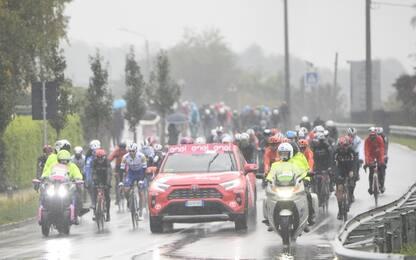 Maltempo al Giro, tappa accorciata dopo protesta