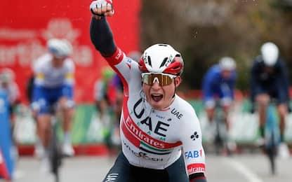 Philipsen vince la 15^ tappa, Roglic in rosso