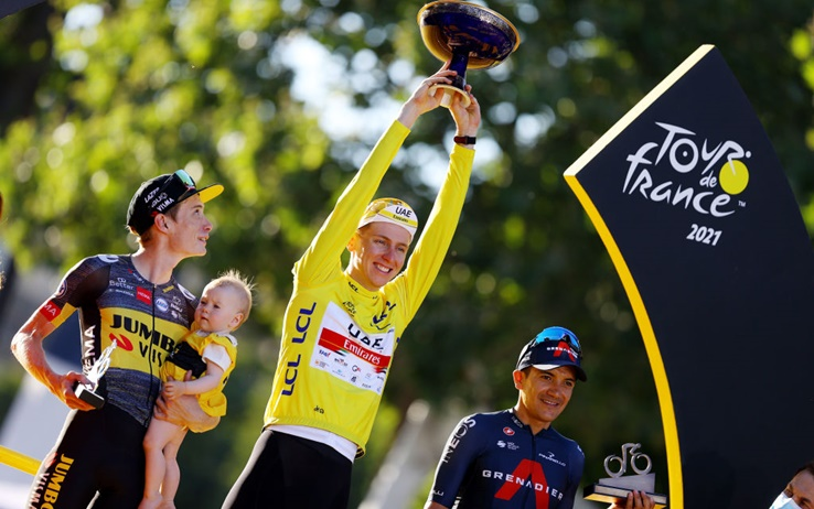 Il podio del Tour 2021: Pogacar tra i Vingegaard (papà e figlio) e Carapaz