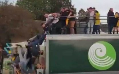 Festa eccessiva, giocatori cadono dal bus. VIDEO