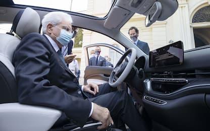 """Mattarella """"prova"""" la Fiat 500 elettrica: le FOTO"""
