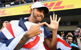 MEXICO CITY, MEXICO - OCTOBER 28:  2018 F1 World Drivers Champion Lewis Hamilton of Great Britain and Mercedes GP celebrates with his team after the Formula One Grand Prix of Mexico at Autodromo Hermanos Rodriguez on October 28, 2018 in Mexico City, Mexico.  (Photo by Clive Mason/Getty Images)