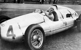 The Italian motorcycle and automobile racing driver Tazio Giorgio Nuvolari (1892-1953) as  Victorious on Auto Union at the English Donnington Grand Prix. October 22nd 1938. Photograph. (Photo by Imagno/Getty Images) Der italienische Motorrad- und Automobilrennfahrer Tazio Giorgio Nuvolari (18921953) als Sieger auf Auto-Union beim englischen Donnington Grand Prix. 22. Oktober 1938. Photographie.