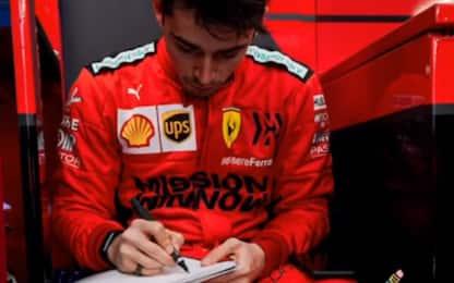 Il quaderno di Leclerc, prende appunti ai box
