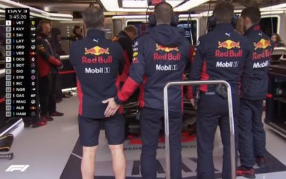"Scherzi da Red Bull: la ""toccatina"" al box. VIDEO"