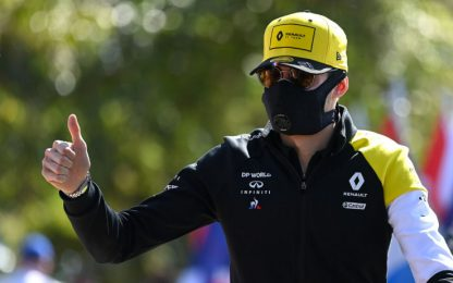 Ocon arriva all'Albert Park con la mascherina