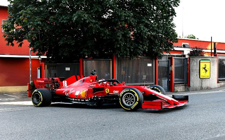 Maranello, Leclerc a spasso con la Ferrari