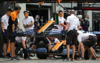 SPIELBERG, AUSTRIA - JULY 03:  Mechanics replace the front wing of Carlos Sainz of Spain driving the (55) McLaren F1 Team MCL35 Renault car during practice for the F1 Grand Prix of Austria at Red Bull Ring on July 03, 2020 in Spielberg, Austria. (Photo by Peter Fox/Getty Images)