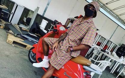Hamilton fa l'italiano: super fashion in Vespa