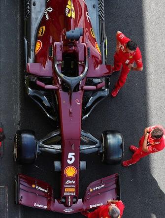 MUGELLO CIRCUIT, ITALY - SEPTEMBER 10: Mechanics admire the new dark red livery on the Sebastian Vettel Ferrari SF1000, applied to commemorate Ferrari's 1000th Grand Prix during the Tuscany GP at Mugello Circuit on Thursday September 10, 2020, Italy. (Photo by Charles Coates / LAT Images)