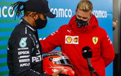 Mick regala ad Hamilton il casco di Schumi. VIDEO