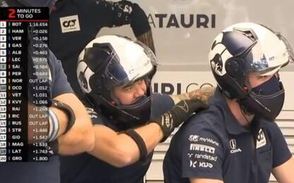 """""""Coccole"""" ai box: siparietto tra meccanici. VIDEO"""