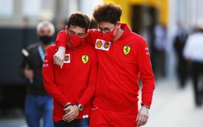 Binotto, abbraccio e chiacchierata con Leclerc
