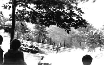 La Ferrari del campione del Mondo Niki Lauda prende fuoco dopo l'incidente al secondo giro del Gran Premio sul circuito del Nuerburgring in Germania, 01 agosto 1976.   ANSA