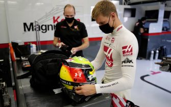 BAHRAIN INTERNATIONAL CIRCUIT, BAHRAIN - DECEMBER 02: Mick Schumacher takes out his helmet with race engineer Gary Gannon during the Sakhir GP at Bahrain International Circuit on Wednesday December 02, 2020 in Sakhir, Bahrain. (Photo by Andy Hone / LAT Images)