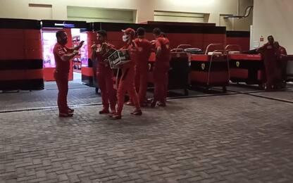 Vettel, l'ultimo brindisi: birre al box Ferrari