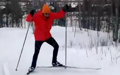 Hamilton, che fatica con lo sci di fondo! VIDEO