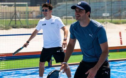 Leclerc e Sainz si allenano... giocando a padel