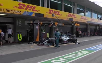 Vettel, che fai? Si ferma nel box McLaren. VIDEO