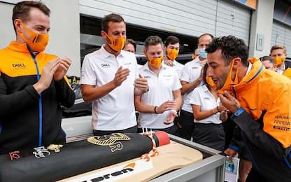 I 32 anni di Ricciardo, il team gli fa la festa