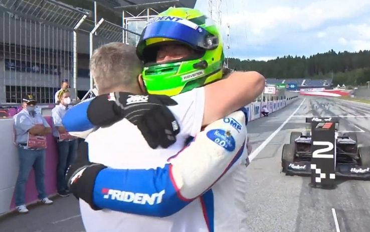 L'abbraccio tra Ralf Schumacher e il figlio David dopo la vittoria in Gara-2