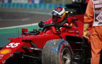 HUNGARORING, HUNGARY - JULY 31: Carlos Sainz, Ferrari SF21, climbs out of his car after crashing in Qualifying during the Hungarian GP at Hungaroring on Saturday July 31, 2021 in Budapest, Hungary. (Photo by Zak Mauger / LAT Images)