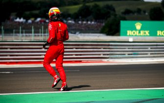 HUNGARORING, HUNGARY - JULY 31: Carlos Sainz, Ferrari SF21 running accross the track after crashing in qualifying during the Hungarian GP at Hungaroring on Saturday July 31, 2021 in Budapest, Hungary. (Photo by Zak Mauger / LAT Images)