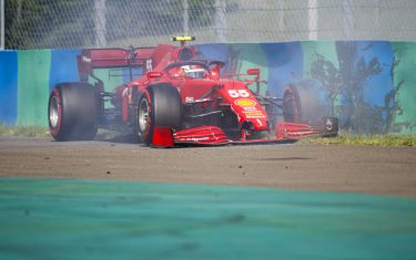 HUNGARORING, HUNGARY - JULY 31: Carlos Sainz, Ferrari SF21 crashes in qualifying during the Hungarian GP at Hungaroring on Saturday July 31, 2021 in Budapest, Hungary. (Photo by Zak Mauger / LAT Images)