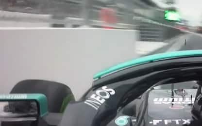 Errore Hamilton: entra in pit-lane, tocca il muro