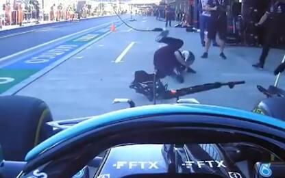 Hamilton, brivido al pit-stop: meccanico a terra