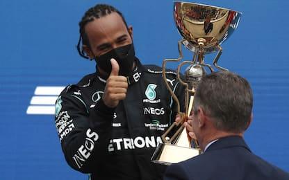 Hamilton vince a Sochi. Verstappen 2°, podio Sainz