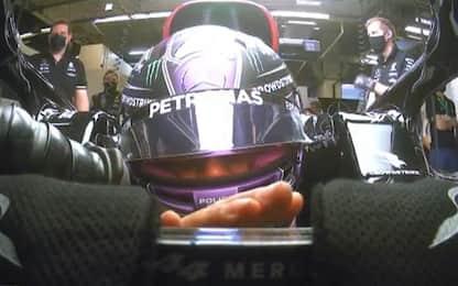 Lewis a occhi chiusi: simula un giro ai box