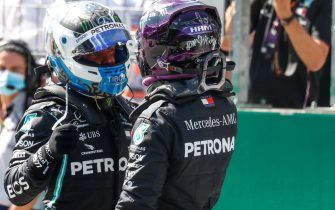 Mercedes' British driver Lewis Hamilton (R) congratulates Mercedes' Finnish driver Valtteri Bottas after the qualifying round at the Austrian Formula One Grand Prix on July 4, 2020 in Spielberg, Austria. - Seven months after they last competed in earnest, the Formula One circus will push a post-lockdown  re-set  button to open the 2020 season in Austria on July 5. (Photo by LEONHARD FOEGER / AFP)