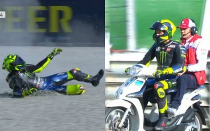 Rossi scivola e torna ai box in scooter. VIDEO