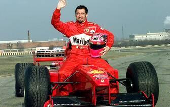 """19990118 - MARANELLO (MODENA) - LAPRIMA VOLTA DI MAX BIAGGI SULLA """"ROSSA"""". Un sorridente Max Biaggi a bordo della ferrari F300 con la quale ha compiuto alcuni giri di pista sul circuito di Fiorano.                GIORGIO BENVENUTI     ANSA"""