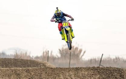 Rossi, allenamento show sulla moto da cross. VIDEO