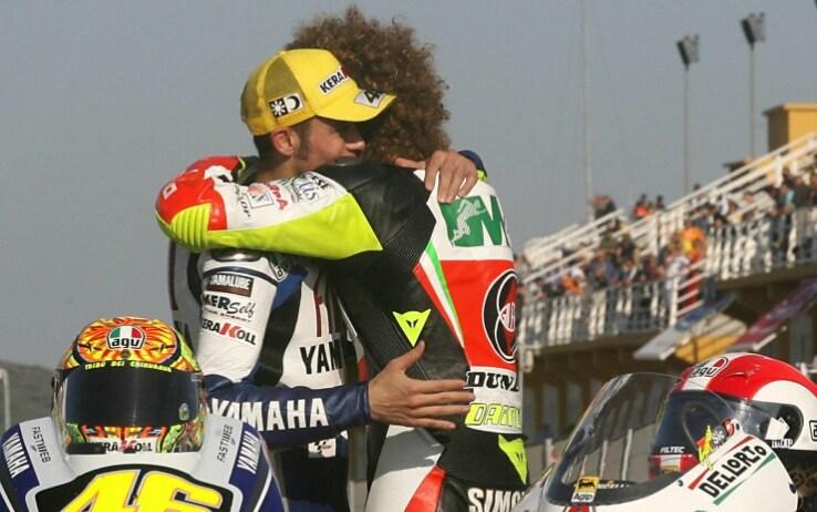 Valentino Rossi abbraccia Marco Simoncelli il 26 ottobre 2008 a Valencia