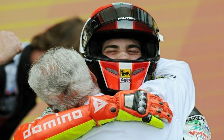 Marco Simoncelli abbraccia un componente del suo team dopo la vittoria in 250cc al Mugello (1 giugno 2008)