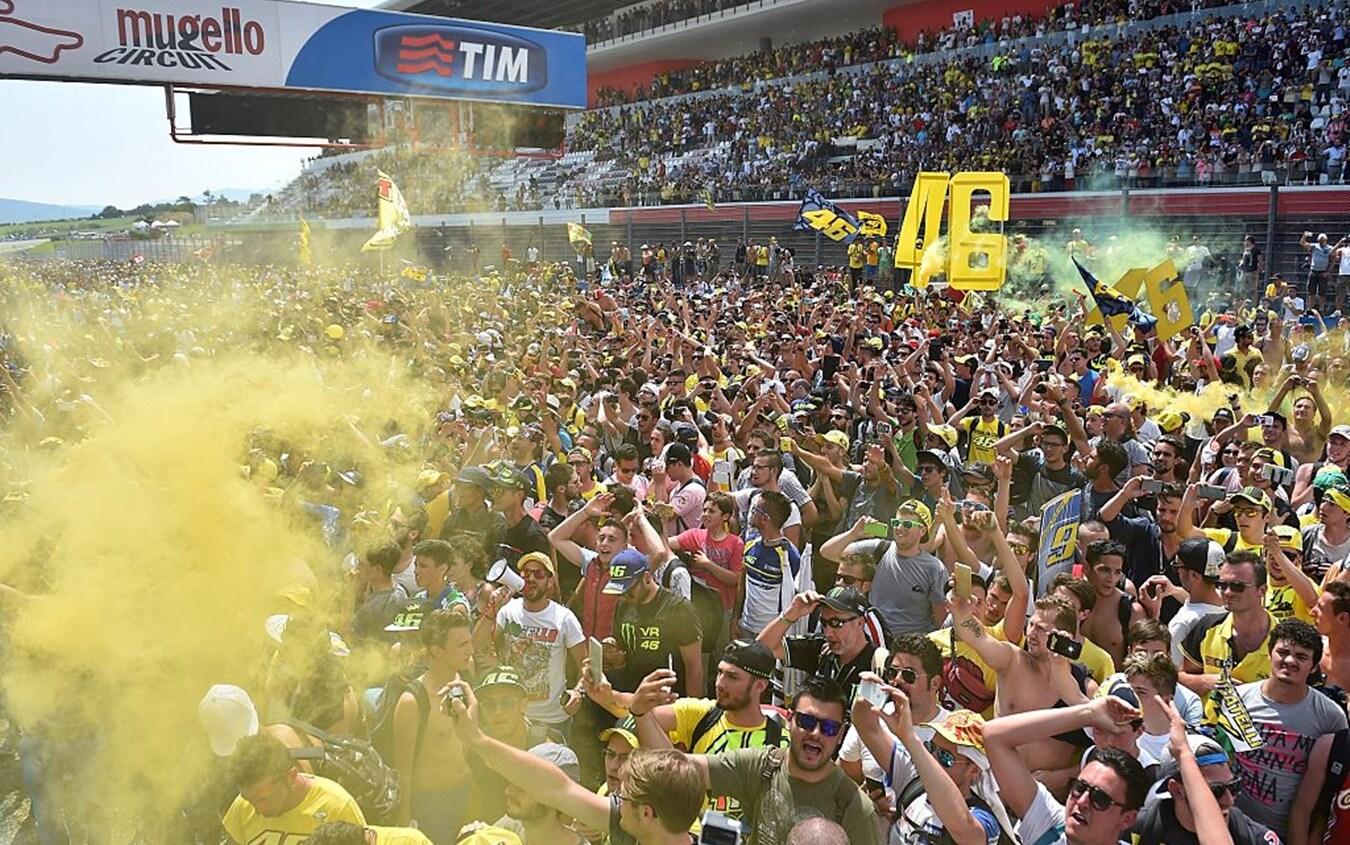 Il circuito del Mugello colorato di giallo dai tifosi di Valentino Rossi